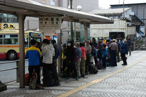 バスの停留場はご覧の通りの行列…