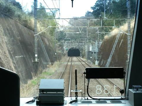 貨物線の長いトンネルに入るところ