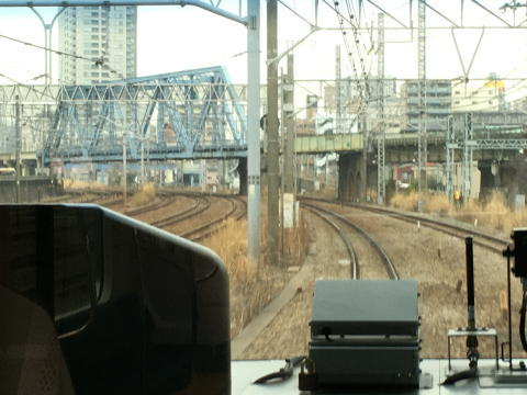鶴見駅の手前を走行
