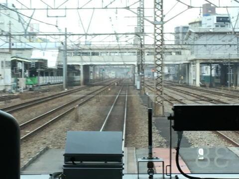 鶴見駅を通過