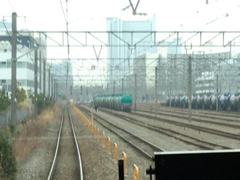 貨物列車の車庫の左端を走行