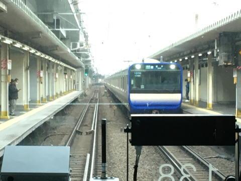 西大井駅で新車とすれ違い