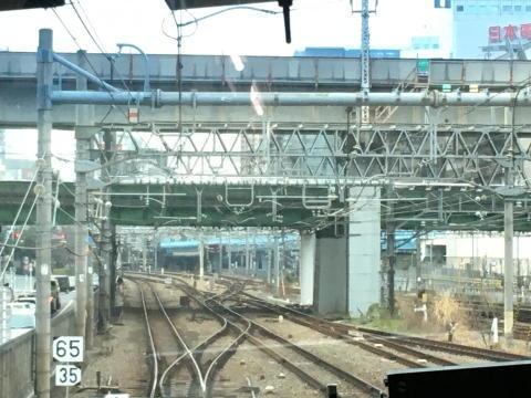 先程まで走っていた横須賀線の線路の下を通る