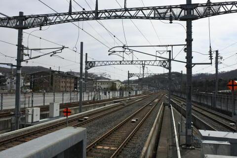 ホームの端から新幹線の線路を捉える